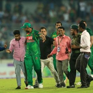 mashrafe-mortaza-escorting-a-pitch-invading-fan1-1475574172